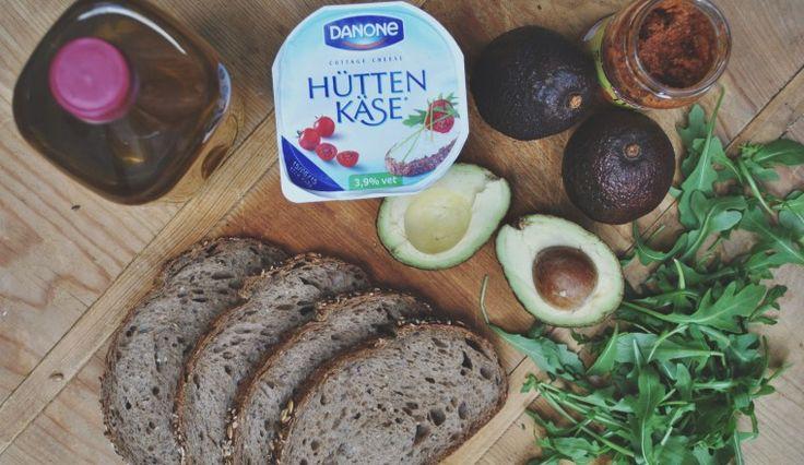 Recept: Lunch // Broodje Hüttenkäse met Avo, Rucola & Rode Pesto