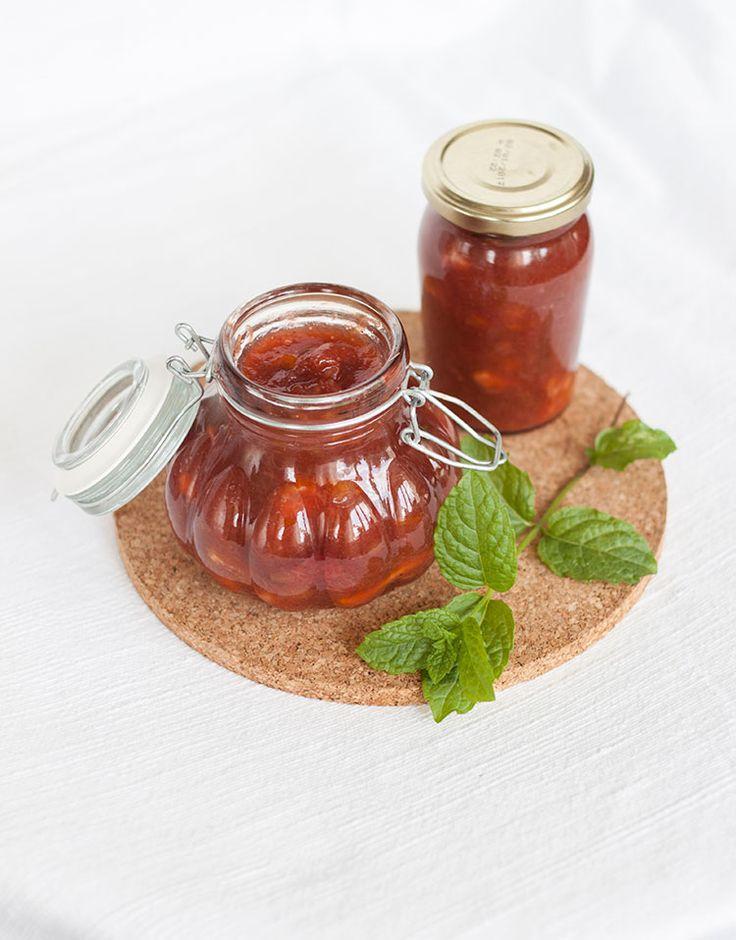 [ Rabarbermarmelad med Apelsin & Jordgubb ] 300 g rabarber / 250 g jordgubbar, frysta / 1 apelsin / En gnutta vaniljpulver / 4 dl syltsocker / En näve myntablad. { Metod } Hacka rabarbern, skär tunna klyftor av apelsinen. Blanda samman rabarber, jordgubbar & apelsin i kastrull. Tillsätt syltsocker, vaniljpulver + mynta. Låt koka samman på svag värme ca 15 min.