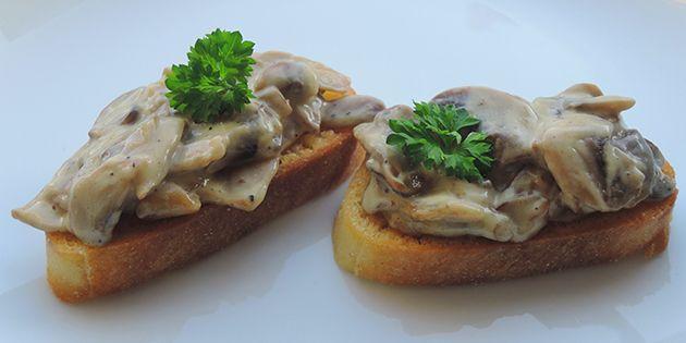 Skønne bruschettas med svampe i flødesauce