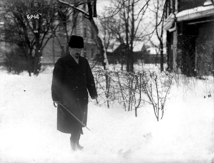 Las negociaciones de paz en Brest - Litovsk  Sr. Trotsky, el líder de la delegación rusa, en camino a la reunión. Foto gentileza Sr Manuel Gimenez Puig