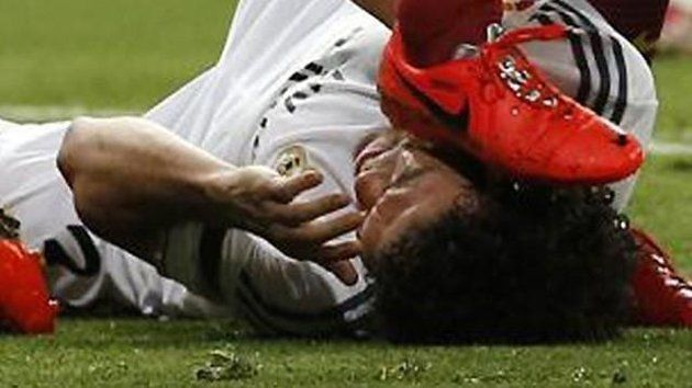Clásico brutal! Eine hässliche Szene ereignete sich in der 42. Minute des Clásicos nachdem Messi das 2:2 erzielte. Pepe und Fabregas gerieten aneinander und beide Spieler gingen zu Boden. Anschließend kam es zur Rudelbildung. Dabei nutze Busquets das Chaos und rammte dem am Boden liegenden Pepe die Stollen seines Schuhs an den Kopf. #Clásico #RealMadrid #Real #Barcelona #Barca #Pepe #Busquets #Football #Fussball #Fußball #Soccer