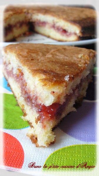 Gâteau au yaourt fourré à la confiture de fraises .