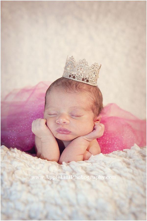 Baby girl wearing crown. Princess baby photo. Newborn photography. Cute baby pose idea.