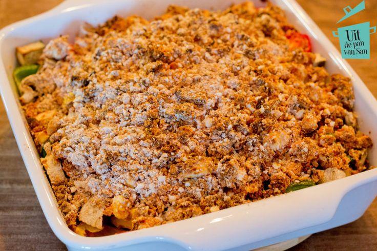 Ingrediënten voor 4 personen: • 1 aubergine • 250g champignons • 1 groene paprika • 1 gele paprika • 10 roma cherry tomaatjes • 80g panko • 175g speltmeel (of bloem) • 55g rode pesto • 150g feta • 70g tomatenpuree Wanneer je de rode pesto zelf maakt doe je dat eerst volgens dit recept. … Lees verder »