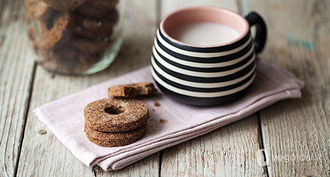 Ecco la ricetta vegana dei biscotti di grano saraceno e cioccolato! Da non predere per gustare una colazione diversa, o uno spuntino goloso!