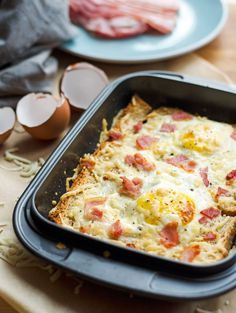 Schnell gemacht, vier Zutaten, easy, peasy und lecker. Auch perfekt für Brunch oder Buffet. Toast, Käse, Ei und Bacon mal anders - als Frühstücks-Auflauf