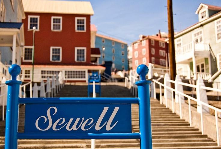 Sewell, también conocida como la ciudad de las escaleras, fue una ciudad minera ubicada en la comuna de Machalí, que funcionó desde 1904 hasta 1971. Actualmente es Patrimonio de la Humanidad según UNESCO y sus calles y bellas edificaciones están abiertas a las visitas turísticas. (Amigos de Chile)