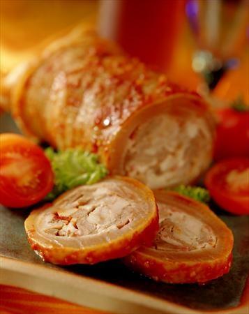 Arrollado huaso:  pulpa y tocino, ajo, pimienta y comino, se lo enrolla en el cuero del cerdo, pintando con salsa de ají y se cocina en un caldo #PlatosDeChile #ChileanDishes