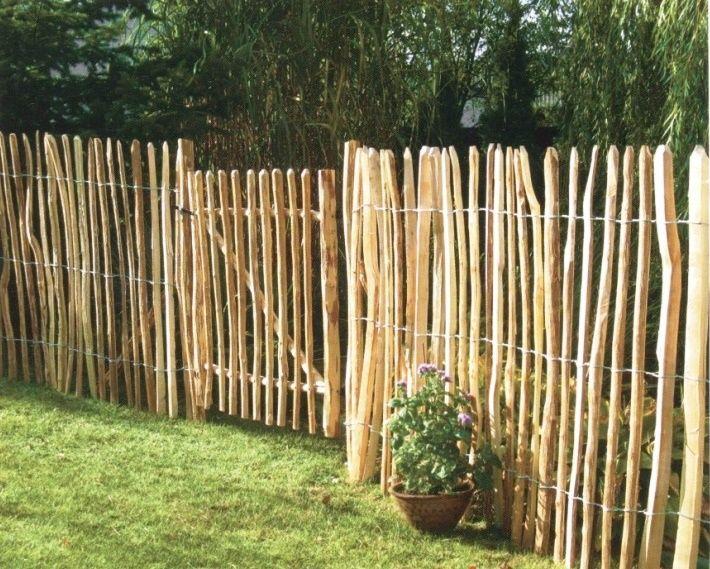 Snabbmonterat rustikt staket i naturlig trädgård