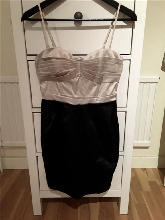 Festlig klänning i ljusguld och svart satin från H&M i strl 36 - 9 kr