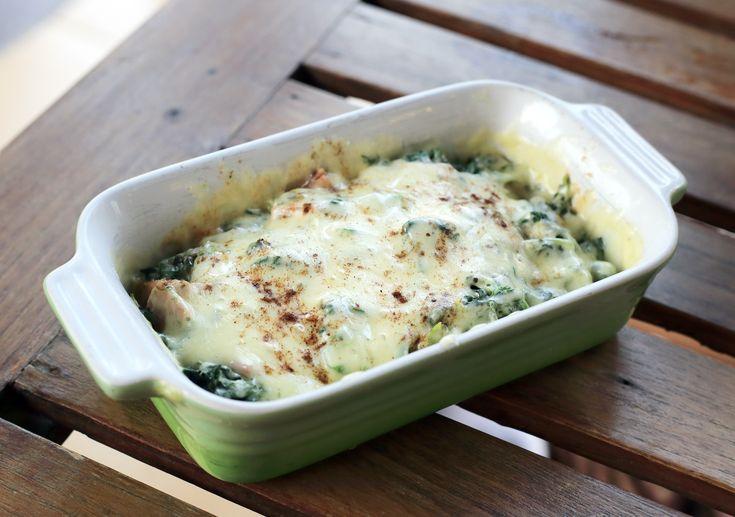 Κοτόπουλο στήθος με σπανάκι, κρέμα γάλακτος και Χωριό βιολογικό τυρί αγελάδος στο φούρνο. Μια συνταγή ιδανική για να εντάξουμε το σπανάκι στη διατροφή μας.