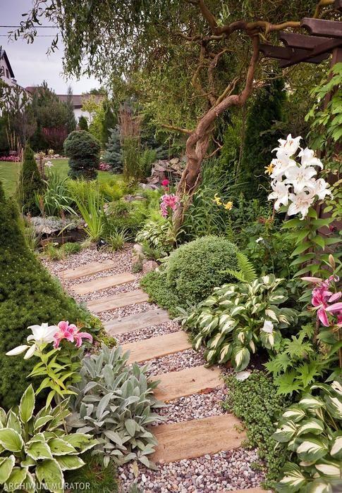 Pomysł na mały ogród - zobacz zdjęcia ogrodu, w którym iluzję przestrzeni tworzą zróżnicowane nawierzchnie