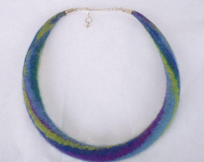 Tamaño S, collar, collar de fieltro, fieltro collar, gargantilla, púrpura, verde, verde azulado, joyas de lana, collar arco iris, collar de lana, en 16,8