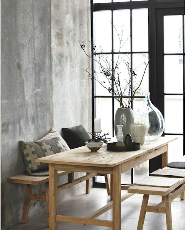 Des accessoires simples pour actualiser une table en bois clair avec bancs