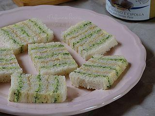 Oggi vi propongo una ricetta in stile anni '80-'90, l'epoca gloriosa delle tartine! Prepareremo insieme delle semplicissime tartine al tonno in puro stile retrò, ma che, vi assicuro, sono ottime anche
