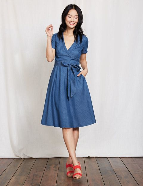 Toute la simplicité d'une robe chemise sans le côté trop sophistiqué d'un col. Nous avons utilisé un tissu décontracté façon chemise pour confectionner ce modèle portefeuille facile à porter, doté d'une jupe trapèze de coupe flatteuse. Et cerise sur le gâteau, elle a également des poches.