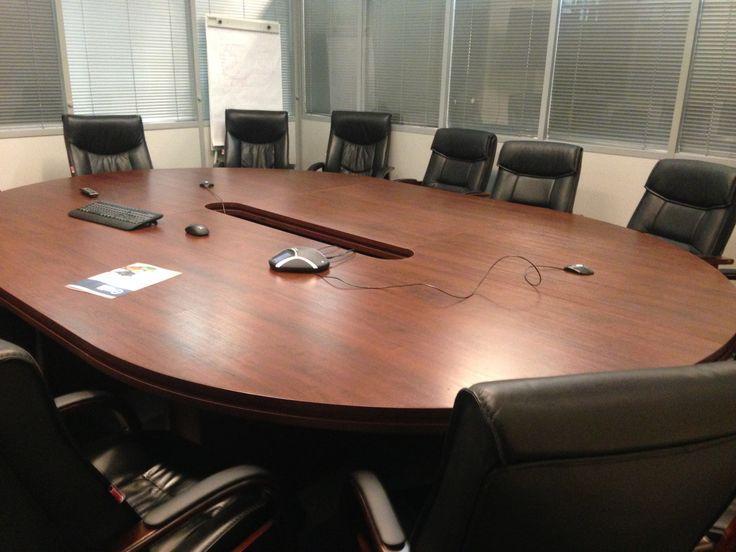 Овальный стол для переговоров.