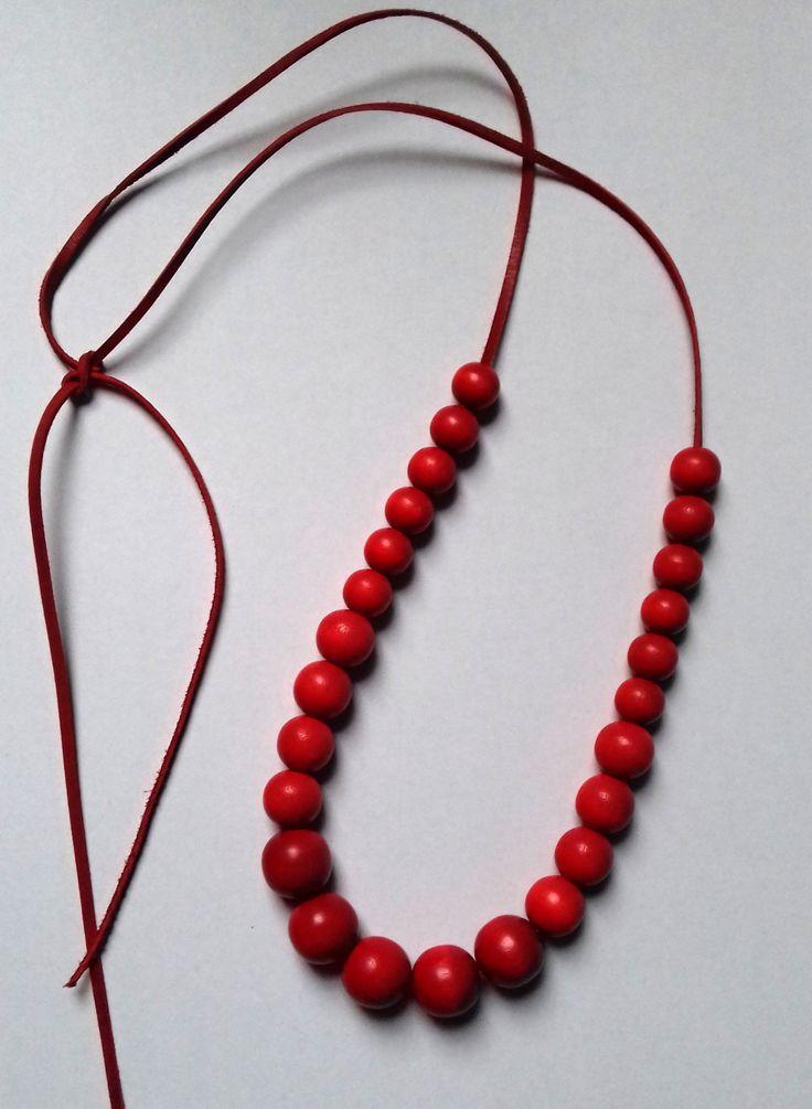 Dřevěné+korálky+červené+Korálky+jsou+dřevěné+ve+velikosti+14+mm,+10+mm+a+8+mm.+Korálky+jsou+navlečené+na+koženém+řemínku+rozměr+2mm+x+120+cm+Konec+je+volný+nesvázaný,+takže+si+můžete+zvolit+délku+podle+svého+přání.+Korálky+jsou+kvalitní,+krásné,+bez+vad.