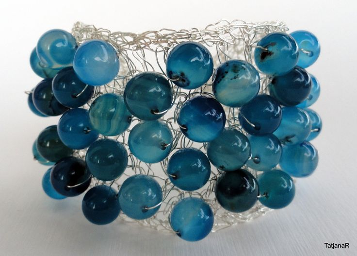 Bracelet crochet with silver pleated cooper wire and blue agate crystals.