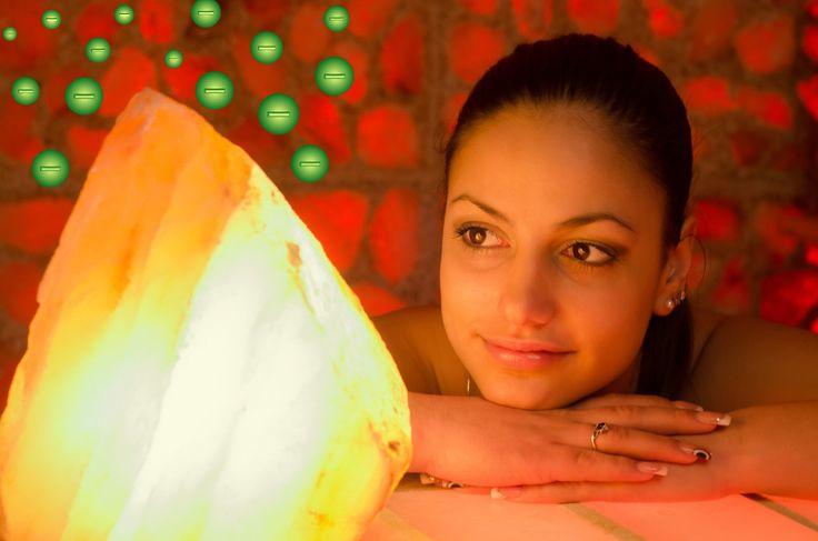 Du weißt nicht, was du verpasst, wenn du keine Himalaya Kristallsalz-Lampe hast. Es ist, als ob man ein offenes Fenster hat – eine sanfte, natürlich leuchtende Quelle von frischer sauberer Luft – auf deinem Schreibtisch, in deinem Wohnzimmer, neben deinem Bett oder wo auch immer du möchtest. Bevor wir in die gesundheitlichen Vorteile der Himalaya