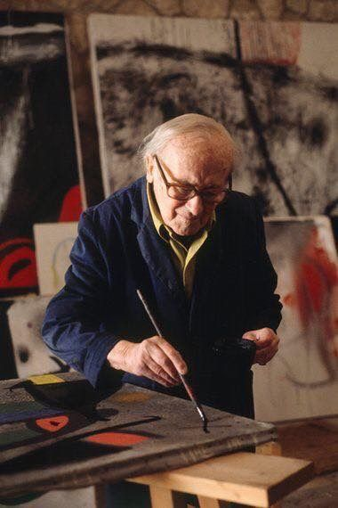 Joan Mirò nel suo studio