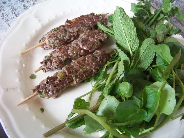 On peut faire cuire les kefta à la poêle, au grill ou au barbecue, voire à la plancha