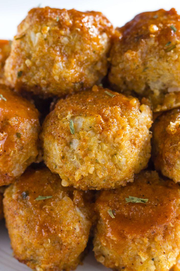 Buffalo Blumenkohl Quinoa Frikadellen |  Köstliche fleischlos Fleischbällchen in hausgemachte Büffel Sauce mariniert!  |  thealmondeater.com