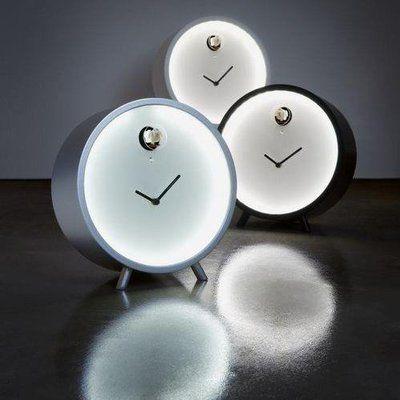 De forme épurée, l'horloge Plex  est une réinterprétation du coucou traditionnel. Avec son éclairage de Leds, il diffuse une douce lumière, qui met en valeur le petit oiseau lorsqu'il sort annoncer l'heure.