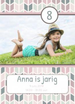 Uitnodiging met roze retro achtergrond en eigen foto. In een kader staan de naam, datum en tijd en boven in de kaart staat de leeftijd.