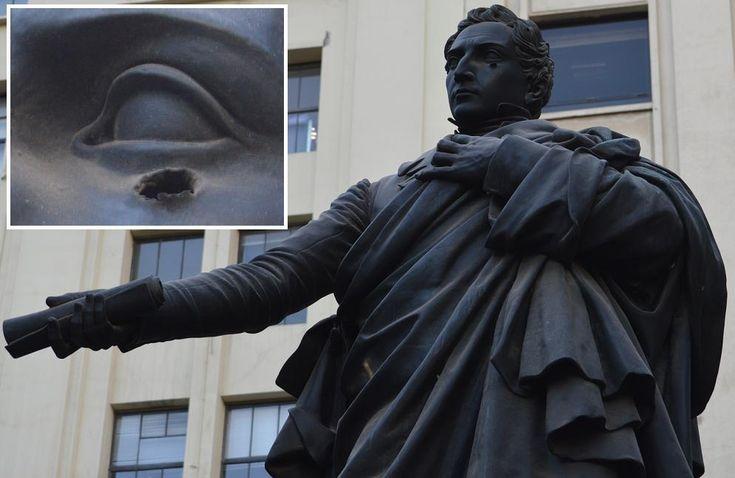 El 6 de junio de 1837, Diego Portales fue fusilado de un balazo en el pómulo izquierdo, y luego rematado. En el golpe militar de 1973, la estatua de Diego Portales en la Plaza de la Constitución recibió un balazo en el mismo pómulo izquierdo.