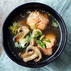Orientalna zupa z łososiem, brokułami i grillowanymi pieczarkami | Kwestia Smaku