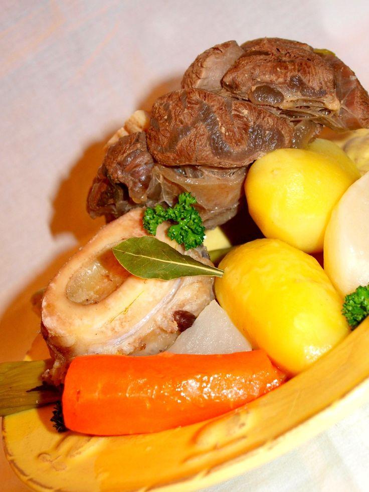 C'est la diversité des légumes et des viandes qui, tout autant qu'une cuisson très douce, assure l'excellence d'un pot-au-feu. Pour 8 personnes Préparation : 30 minutes Cuisson : 4 heures · 2 oignons · 2 clous de girofle · 2 kg de gîte-gîte, de plat de...