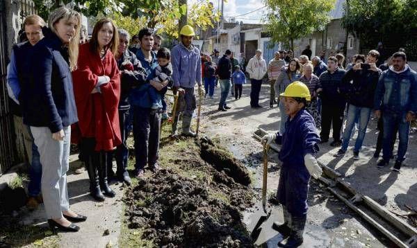 María Eugenia Vidal, y Gladys González visitaron obras en Villa Fiorito