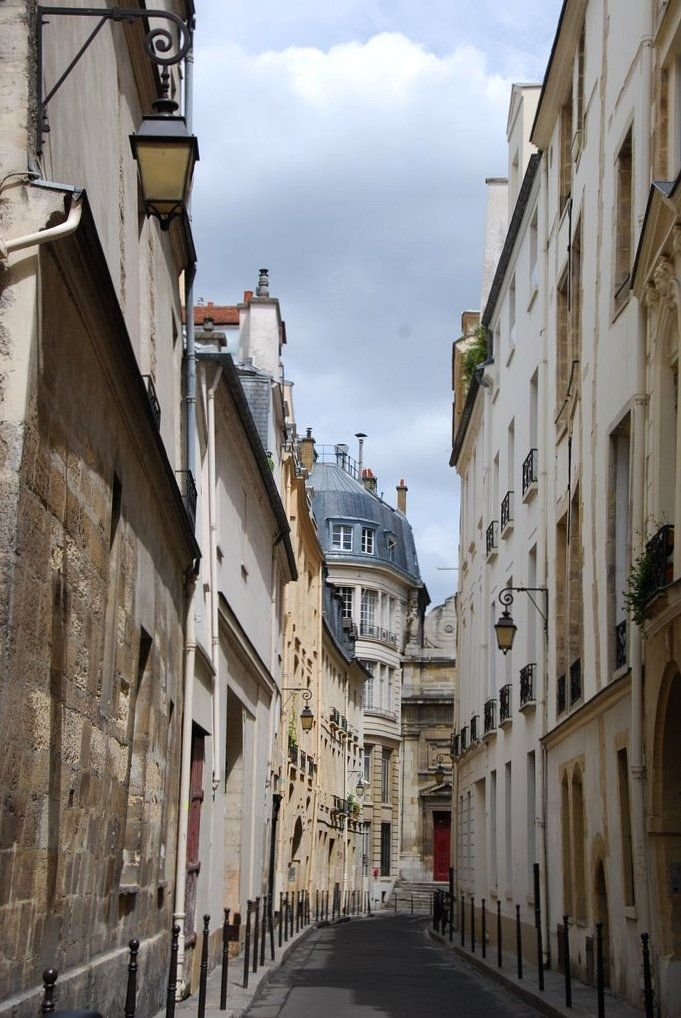 paris, #paris #alley via http://hoggerandco.com/photohogger/2011/3/8/paris-street-lamps.html Hogger & Co.