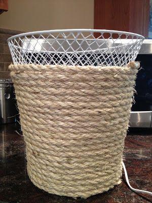 Personalizar sua cesta usando somente uma corda sisal e uma pistola de cola quente.