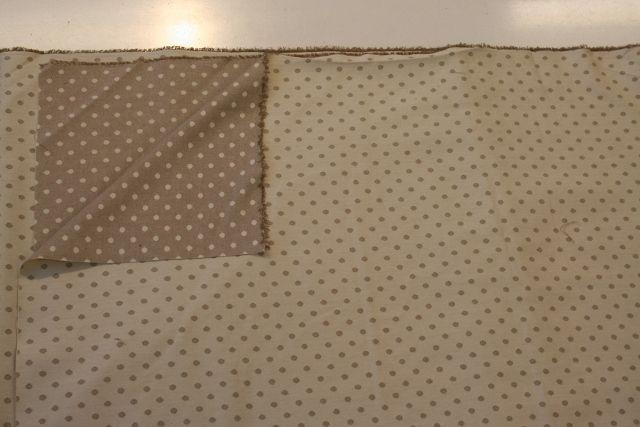 http://www.radicifabbrica.it/prodotto/tessuto-tovaglie-pois-marrone/ Tessuto double face a pois piccoli marrone chiaro, da un lato fondo panna e i pois marrone chiaro, dall'altro il fondo è marrone chiaro e i pois panna.