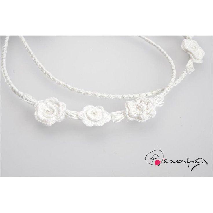 Χειροποίητα στέφανα γάμου με μεγάλα, λευκά, πλεχτά λουλούδια.  Συνοδεύοντε από μπουτονιέρες για το πέτο και στεφανοθήκη.  Υπάρχει η δυνατότητα να στολιστούν με το σχέδιο των στεφάνων σας καράφα, ποτήρι κρασιού και δίσκος. Ρωτήστε μας!