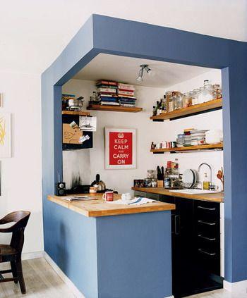 まるでカフェのようなおしゃれなネイビー壁のキッチン! 狭い空間も工夫一つで広く見せることができますね。