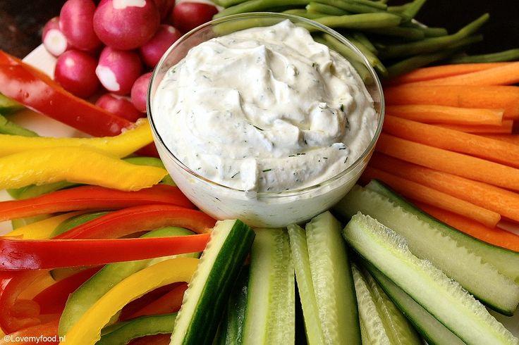 Deze Griekse yoghurt dipsaus is lekker fris en smaakt heerlijk met rauwkost, op een stokbroodje of bij een stukje vlees of kip van de barbecue!