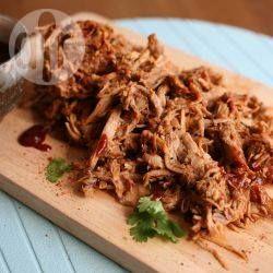 Heerlijk sappig varkensvlees, zoet, smaakvol en ontzettend lekker. Varkensschouder wordt gemarineerd en dan bereid in de slowcooker met root beer, kruiden en barbecuesaus. Serveer op een broodje.