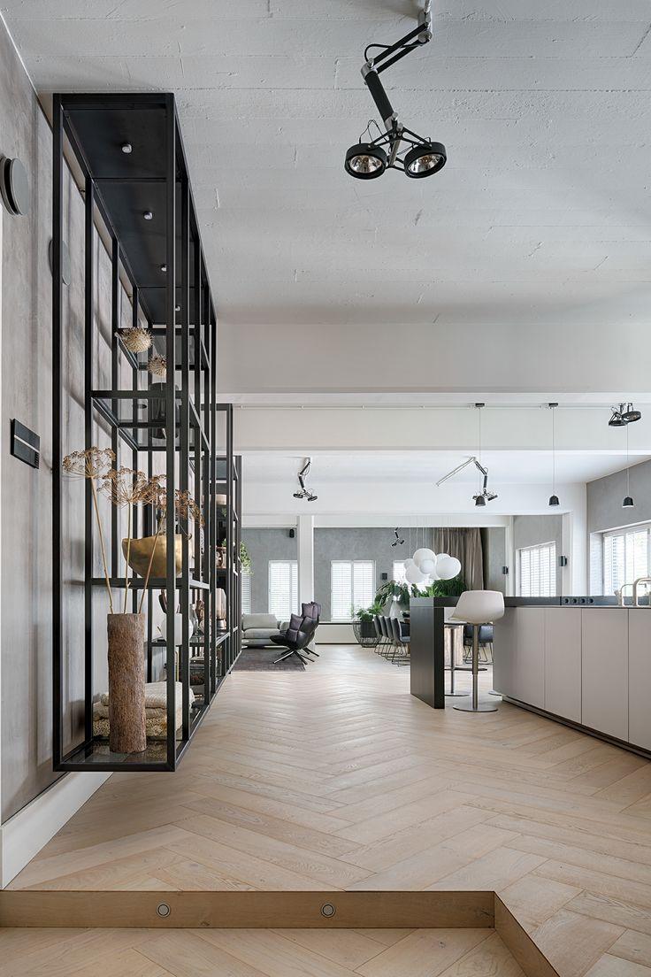 """Huizelijk warm interieurdesign voor Brussels industrieel appartement Het eerste wat opvalt bij deze loft in Brussel is het industriële karakter en de eindeloze ruimte. Ontwerper Robert Kolenik creëerde een prachtig samenspel van strak ontworpen donkere elementen in een stoere omgeving. Een warme synergie in een modern interieur. """"In het interieuradvies voor grotere woningen als deze …"""