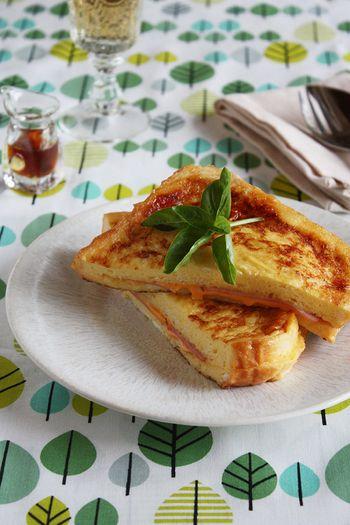 クロックムッシュをご存知ですか? ハムやベシャメルソースを挟んで卵液に浸してからフライパンで焼いて食べる料理の事。 フランスのブラッセリーの定番メニューです。