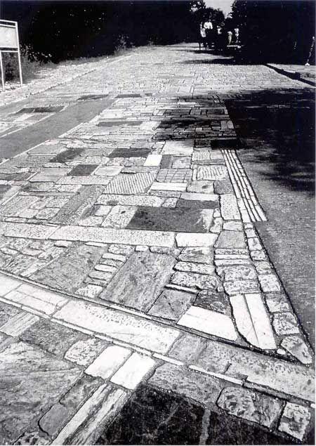 Atene. Dimitris Pikionis: tratto della pavimentazione del percorso che conduce all'Acropoli.