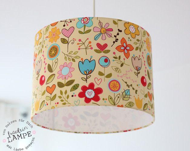 Hier könnt ihr einen hübschen Lampenschirm kaufen. Er ist mit einem hellen gelb grundigen Stoff ,auf dem Blumen und Blüten in verschiedensten Formen und Farben gedruckt sind, von Hand bespannt.