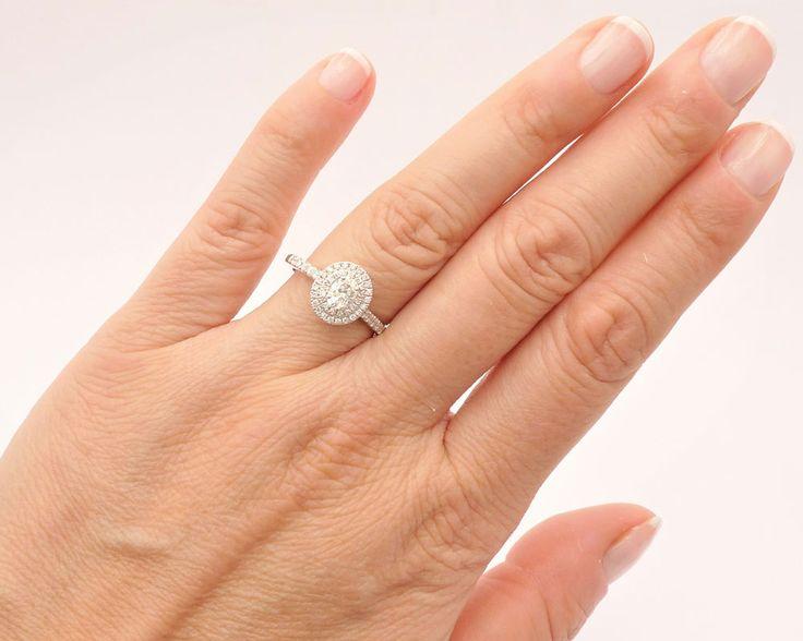 anillo en oro blanco con diamantes, siendo el central en forma de óvalo. Diseño de Joyería Jorge Juan, Madrid, España