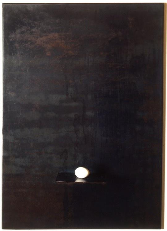 Jannis Kounellis – Senza titolo- 1968- ripiano in acciaio con mensola e uovo Mostra Arte Povera 2011