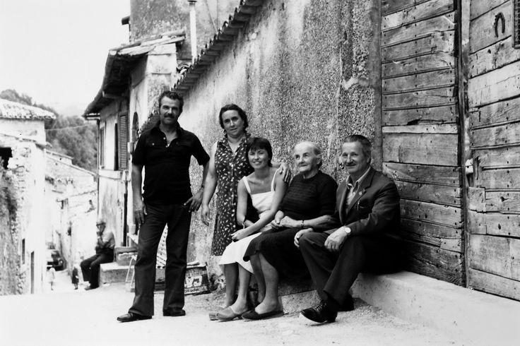 Capo del Colle, Ancarano, anni 70. La foto di famiglia per le vie scoscese del borgo vicino ad un portone di legno molto pesante. Ai piedi tutti portano scarpe leggere, non solo perchè è estate.