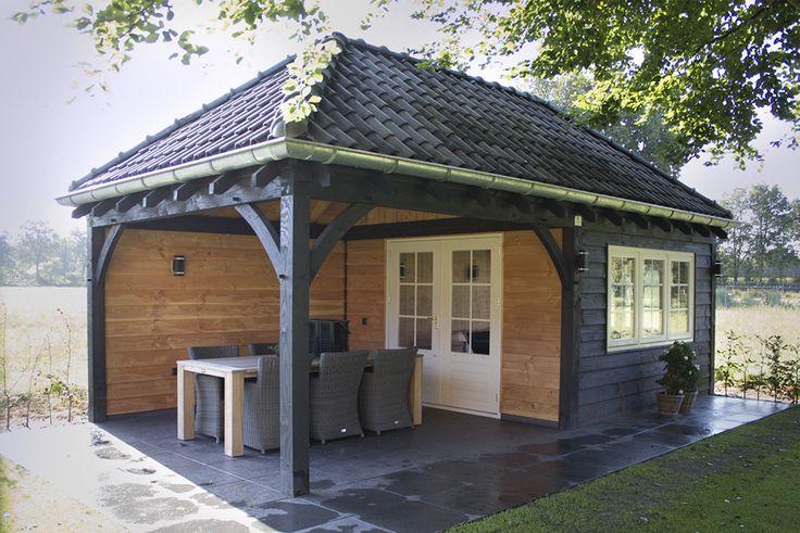 Houten tuinkamer met witte deuren en tuinset. www.bronkhorstbuitenleven.nl