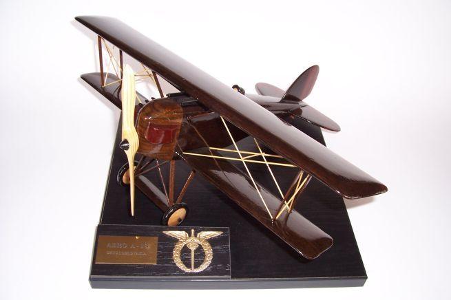 Model letadla ze dřeva ve vzletové poloze včetně stojánku s věnováním.  AERO A-16
