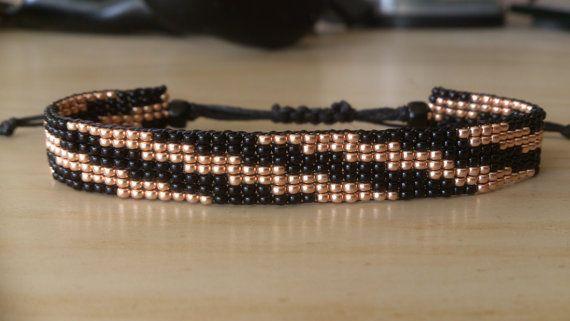 Pour le bracelet j'ai or noir et galvanisé abricot, utilisé par les perles de rocaille miyuki japonais (taille 11/0, env. 2 mm). En conclusion, j'ai un curseur fait de corde de bougie avec lequel vous pouvez ajuster le bracelet si facile. La largeur du bracelet est environ 1,1 cm.  Si vous voulez commander ce bracelet, sil vous plaît envoyer un message avec votre taille de poignet s.v.p. afin que je puisse faire le bracelet sur mesure pour vous !  Afin de garder le joli bracelet, vous pouvez…